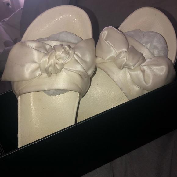 pretty nice 56779 71814 White Fenty Rihanna Bow Puma Slides